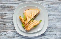 Ideia superior do brinde saudável do sanduíche em um fundo de madeira Foto de Stock Royalty Free