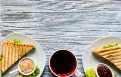 Ideia superior do brinde saudável do sanduíche em um fundo de madeira Fotografia de Stock Royalty Free