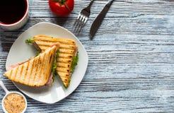 Ideia superior do brinde saudável do sanduíche em um fundo de madeira Imagens de Stock
