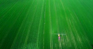 Ideia superior do campo de pulverização do trator agrícola com inseticidas vídeos de arquivo