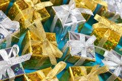 Ideia superior do close-up dourado e de prata dos presentes em um azul fotografia de stock royalty free