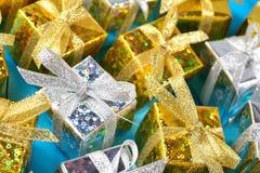 Ideia superior do close-up dourado e de prata dos presentes em um azul foto de stock royalty free