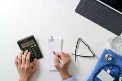 ideia superior do conceito dos custos e das taxas dos cuidados médicos Mão do doct esperto fotos de stock royalty free