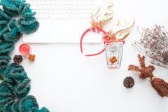 Ideia superior do conceito em linha de compra do Natal e do inverno na mesa branca Portátil branco, carrinho de compras, caixas d Fotos de Stock