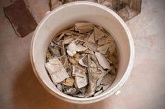 Ideia superior do desperdício da construção em uma cubeta plástica branca fotografia de stock royalty free