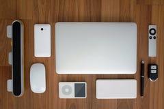 Ideia superior do fim do laptop com smartphone, telecontrole, rato, orador, jogador de música portátil, bloco da bateria, remoto fotos de stock royalty free