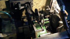 A ideia superior do mecanismo transfere detalhes no transporte na fábrica video estoque