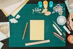 Ideia superior do molde do cartão em uma tabela com decoração Fotos de Stock Royalty Free