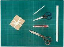 Ideia superior do presente feito a mão com tesouras e facas fotos de stock