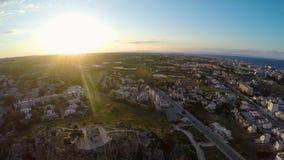 Ideia superior do recurso de Protaras em Chipre, pessoa que visita a igreja velha no monte rochoso video estoque