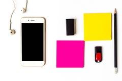 Ideia superior do smartphone dos artigos e da nota pegajosa Fotos de Stock Royalty Free