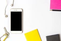 Ideia superior do smartphone dos artigos e da nota pegajosa Foto de Stock Royalty Free
