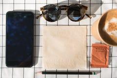 Ideia superior do telefone celular com a tela vazia com copo de café, marrom fotografia de stock royalty free
