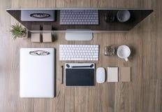 Ideia superior do trabalho de mesa do escritório com computador, portátil, fontes imagem de stock royalty free