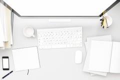 Ideia superior do workpark com o tela de computador, o copo de café, e o livro brancos vazios no trabalho home zombaria acima, 3d Fotografia de Stock Royalty Free