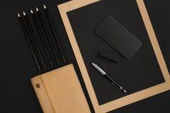 Ideia superior dos materiais de escritório no fundo do quadro-negro com o espaço da cópia Foto de Stock Royalty Free