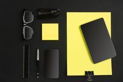 Ideia superior dos materiais de escritório no fundo do quadro-negro com o espaço da cópia Foto de Stock