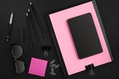 Ideia superior dos materiais de escritório no fundo do quadro-negro com o espaço da cópia Imagens de Stock