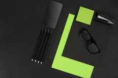 Ideia superior dos materiais de escritório no fundo do quadro-negro com o espaço da cópia Fotografia de Stock