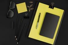 Ideia superior dos materiais de escritório no fundo do quadro-negro com o espaço da cópia Imagens de Stock Royalty Free