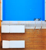 A ideia superior dos sunbeds aproxima a piscina privada Fotos de Stock Royalty Free
