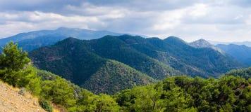 Ideia superior panorâmico da escala de montanhas de Troodos, Chipre foto de stock