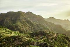 Ideia surpreendente de picos de montanha com as nuvens bonitas no por do sol Lugar: Tenerife, Ilhas Canárias, Espanha artístico Imagens de Stock Royalty Free