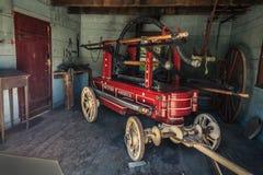 Ideia surpreendente do vintage velho, veículo retro, clássico da bomba de fogo, reboque na garagem Fotografia de Stock
