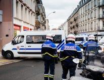 Ideia traseira da polícia francesa do CRS na rua no moveme do revestimento amarelo fotografia de stock