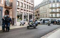 Ideia traseira da polícia francesa do CRS na rua no moveme do revestimento amarelo foto de stock