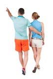 Ideia traseira de apontar novo de passeio dos pares (homem e mulher) fotografia de stock royalty free