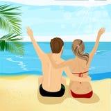 Ideia traseira de pares novos na praia tropical com braços acima Foto de Stock Royalty Free