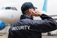 Ideia traseira de um agente de segurança fotos de stock