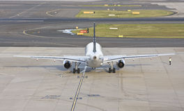 Ideia traseira de um plano do avião de passagem Imagens de Stock Royalty Free