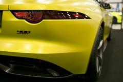 Ideia traseira de um tipo 2018 de Jaguar F 400 Convertible do esporte Detalhes do exterior do carro fotografia de stock royalty free