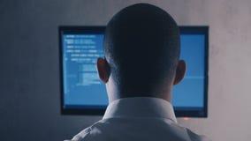 Ideia traseira do c?digo de programa??o profissional do programador no monitor do computador no escrit?rio da noite video estoque