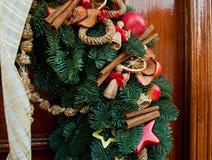 Ideia vertical de apelar a decoração exterior do ano novo com ornamento elegantes fotografia de stock royalty free