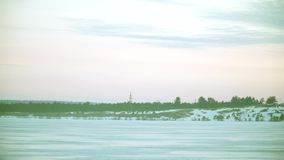 Ideias bonitas da paisagem do inverno do banco de rio video estoque