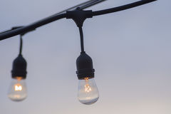 Ideias brilhantes que penduram ampolas Fotos de Stock