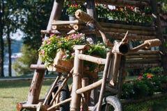 Ideias de jardinagem com bicicleta de madeira Imagem de Stock Royalty Free
