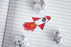 Ideias de Rocket Blasting Off For New do espaço através do papel amarrotado B Imagem de Stock Royalty Free