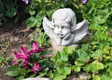 Ideias do jardim Projeto do vintage Um anjo como uma decoração imagens de stock