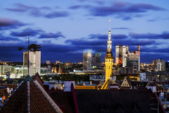 Ideias do panorama bonito da noite de Tallinn velho na luz Fotos de Stock Royalty Free