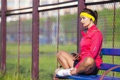 Ideias e conceitos do esporte Desportista caucasiano relaxado no equipamento exterior imagens de stock