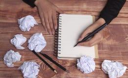 Ideias e inspiração de papel das mãos fotografia de stock