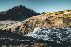 Ideias fantásticas de Islândia da paisagem com rio e montanha com céu azul em um dia ensolarado fotos de stock
