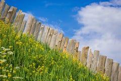 Ideias pastorais das placas da paliçada cercadas por flores Foto de Stock