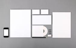 Identidad visual en blanco. Papel con membrete, tarjetas de visita, sobres, CD fotografía de archivo