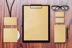 Identidade corporativa vazia ajustada em uma tabela de madeira Imagens de Stock
