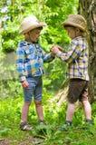 Identieke tweeling in cowboyhoeden Royalty-vrije Stock Afbeeldingen
